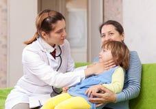 Cuello conmovedor del doctor del bebé Imagenes de archivo