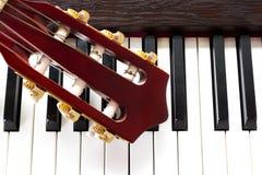 Cuello de la guitarra en claves del piano Imágenes de archivo libres de regalías