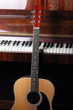 Cuello de la guitarra en viejos claves del piano Imagen de archivo libre de regalías