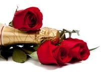 Cuello de una botella del champán con las rosas rojas en blanco Fotos de archivo