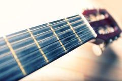 Cuello de una guitarra con las secuencias y la cabeza Foto de archivo libre de regalías