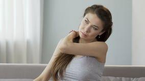 Cuello joven y hombros de masaje femeninos, lanzando dolor que perturba, cuello tieso almacen de video