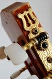 Cuello principal de la guitarra con las clavijas de adaptación Imagenes de archivo