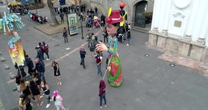 Cuenca, Ισημερινός - 20180921 - έναρξη σπουδαστών γυμνασίου που περπατά με τις γιγαντιαίες μαριονέτες έκαναν φιλμ μικρού μήκους