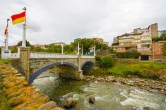 Cuenca, Ισημερινός - 22 Απριλίου 2015: Ποταμός Tomebamba όπως το βλέπω τρέξιμο μέσω Cuenca των ειρηνικών και πράσινων sorrounding Στοκ φωτογραφία με δικαίωμα ελεύθερης χρήσης