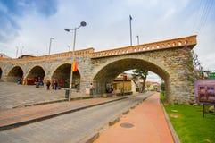 Cuenca, Ισημερινός - 22 Απριλίου 2015: Το τοπικό roto puento ορόσημων που σημαίνει σπασμένος γεφυρώνει, συμπαθητική παλαιά κατασκ Στοκ Εικόνα