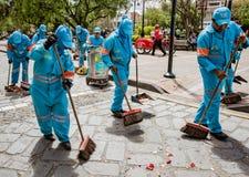 Cuenca, Ισημερινός, στις 13 Ιανουαρίου 2018: Το πλήρωμα καθαρίζει μετά από την παρέλαση Στοκ Εικόνα