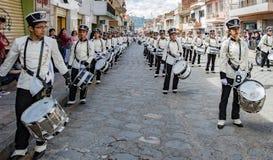 Cuenca, Ισημερινός, στις 13 Ιανουαρίου 2018: Τυμπανιστές που βαδίζουν στην παρέλαση Στοκ Εικόνες