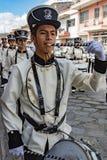 Cuenca, Ισημερινός, στις 13 Ιανουαρίου 2018: Τυμπανιστές που βαδίζουν στην παρέλαση Στοκ Φωτογραφία