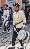 Cuenca, Ισημερινός, στις 13 Ιανουαρίου 2018: Τυμπανιστές που βαδίζουν στην παρέλαση Στοκ εικόνα με δικαίωμα ελεύθερης χρήσης