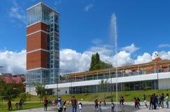cuenca Ισημερινός Σύγχρονοι πύργος και πηγή παρατήρησης στο πάρκο Freedomr Libertad πάρκων στοκ εικόνες