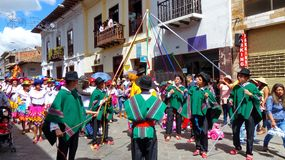 cuenca Ισημερινός Χορευτές με τις κορδέλλες κατά τη διάρκεια μιας παρέλασης Paseo del Nino Viajero στοκ φωτογραφία