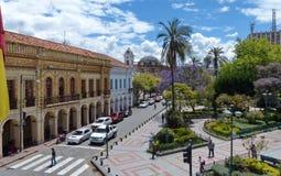 cuenca эквадор Взгляд на улице Луис Cordero и парке Abdon Calderon стоковое изображение