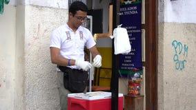 Cuenca, эквадор - 31-ое декабря 2018 - человек делает taffy и пакеты соленой воды оно для продажи сток-видео