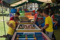 Cuenca, эквадор/2-ое ноября 2017 - мальчики играют видеоигры на a стоковые изображения rf