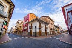 Cuenca, эквадор - 22-ое апреля 2015: Дороги Bridgestone в центре города с очаровательной и красивой архитектурой зданий стоковые фотографии rf