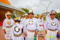 Cuenca, эквадор - 22-ое апреля 2015: Местные люди нося красивые традиционные церемониальные constumes подготавливая для представл стоковые изображения rf