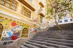 Cuenca, эквадор - 22-ое апреля 2015: Очаровательная конкретная лестница с городскими улицами города искусства и граффити соединяя стоковое фото