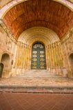Cuenca, Ecuador - 22. April 2015: Altes schwer einzeln aufgeführt verziert errichtet in der Tür fand auf Hauptkathedralengebäude stockfoto