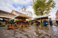 Cuenca Ecuador - April 22, 2015: Berömd lokal blommamarknad på stadsfyrkanten som lokaliseras bredvid huvudsaklig domkyrka Arkivbild