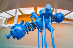 Cuenca Ecuador - April 22, 2015: Blå projektorinstallation för Closeup, del av planetariumutställningen Royaltyfria Foton