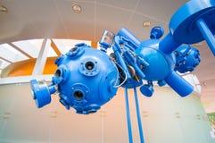 Cuenca Ecuador - April 22, 2015: Blå projektorinstallation för Closeup, del av planetariumutställningen Royaltyfri Bild