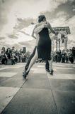 Cuenca, Ecuador - 22. April 2015: Verbinden Sie die Ausführung von lateinischen Tanzstilen auf Stadtplatz vor kleiner Menge, Schw Stockbilder