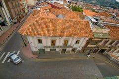 Cuenca, Ecuador - 22 aprile 2015: Casa urbana tipica con il tetto rosso distinto dell'assicella come visto dal livello qui sopra, Fotografia Stock Libera da Diritti