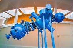 Cuenca, Ecuador - 22 aprile 2015: Installazione blu del proiettore del primo piano, parte della mostra del planetario Fotografie Stock Libere da Diritti