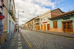 Cuenca, Ecuador - 22 aprile 2015: Strade di Bridgestone nel centro urbano con architettura affascinante e bella delle costruzioni Immagine Stock Libera da Diritti