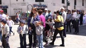 Cuenca, Ecuador - 1 de diciembre de 2018 - explorador de chica joven Hams For Camera en desfile almacen de metraje de vídeo