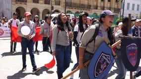 Cuenca, Ecuador - 1 de diciembre de 2018 - explorador Parade With Chanting - con el sonido metrajes