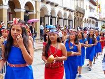 Cuenca, Ecuador De groep de dansers van meisjestieners kleedde zich in kleurrijke kostuums als amazones royalty-vrije stock fotografie