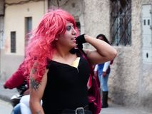 Cuenca, Ecuador De jonge kerel kleedde zich als 'zwarte weduwe 'vragend om geld bij de straten stock fotografie