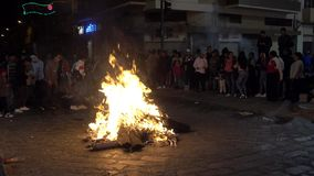 Cuenca, Ecuador - December 31, 2018 - Mensen danst in cirkel naast straatvuur bij middernacht op Nieuwjarenvooravond stock videobeelden
