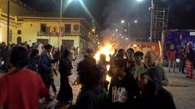 Cuenca, Ecuador - December 31, 2018 - Mensen danst in cirkel voor straatvuur bij middernacht op Nieuwjarenvooravond stock video