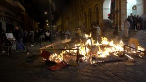 Cuenca, Ecuador - December 31, 2018 - Mensen let straat op vuur bij middernacht op Nieuwjarenvooravond stock video