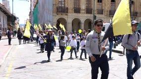 Cuenca, Ecuador - December 1, 2018 - pojkar och flickor sammanfogar för att fira för att spana Anniversary ståtar in arkivfilmer