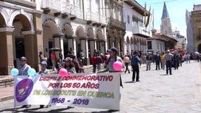 Cuenca, Ecuador - December 1, 2018 - pojke och Girl Scouts mars tillsammans som firar den 50th årsdagen stock video