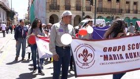 Cuenca Ecuador - December 1, 2018 - spanar skanderar i spanskt under ståtar - med ljudet stock video