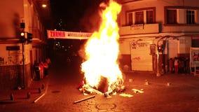 Cuenca, Ecuador - December 31, 2018 - Straatvuur bij middernacht wordt te heet om dichtbij op Nieuwjarenvooravond te worden stock videobeelden