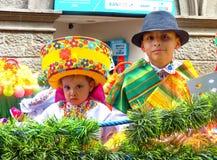 Cuenca, Ecuador Del Nino Viajero di Pase di parata, ragazza e ragazzo agghindati per la parata fotografia stock libera da diritti