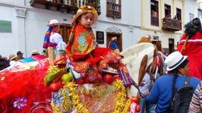 Cuenca, Ecuador El del Nino Viajero, muchacha de Pase del desfile se vistió para arriba a caballo imagenes de archivo