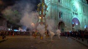 Cuenca Ecuador - 20180602 - fyrverkerier rockerar - ultrarapid - Rockets Fire Out av kanistrar arkivfilmer