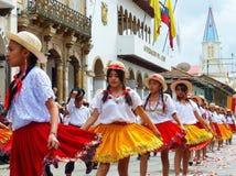 cuenca ecuador Gruppen av iklädda färgrika dräkter för flickadansare som cuencanas på ståtar royaltyfri bild
