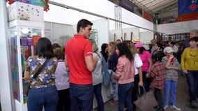 Cuenca, Ecuador - 20181003 - Cuenca het Festival TimeLapse van de Onafhankelijkheidsdag - Jewely-de Makerstent is Overvol met Cus stock video