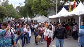 Cuenca, Ecuador - 20181003 - Cuenca het Festival TimeLapse van de Onafhankelijkheidsdag - Mensengang voorbij Bezige Verkoperscabi stock videobeelden