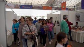 Cuenca, Ecuador - 20181003 - Cuenca het Festival TimeLapse van de Onafhankelijkheidsdag - Pan van Achterrijen van Bezige Verkoper stock videobeelden