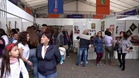 Cuenca, Ecuador - 20181003 - Cuenca het Festival TimeLapse van de Onafhankelijkheidsdag - Pan van het Bezige Paviljoen van de Ver stock video