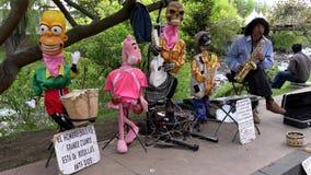 Cuenca, Ecuador - 20181003 - Cuenca het Festival van de Onafhankelijkheidsdag - de Saxofoonspeler en Zijn Geanimeerde Monsters sp stock footage